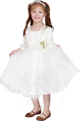 Molti designer hanno vestiti da ragazza di fiori nello stesso stile degli  abiti delle damigelle d onore 7ab3211bf68