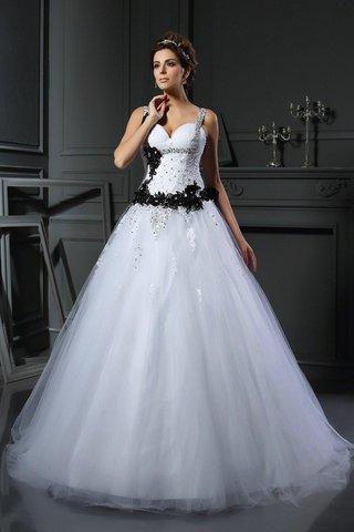 27e82a9553f4 Il fatto da notare è che la cerimonia di matrimonio della regina Vittoria  non ha immediatamente iniziato la tradizione di abiti da sposa bianchi.