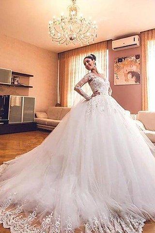 2aff61d5bcf3 La prima cosa che devi considerare quando scegli un elegante abito da sposa  è il tema del tuo matrimonio così come l impostazione della cerimonia.